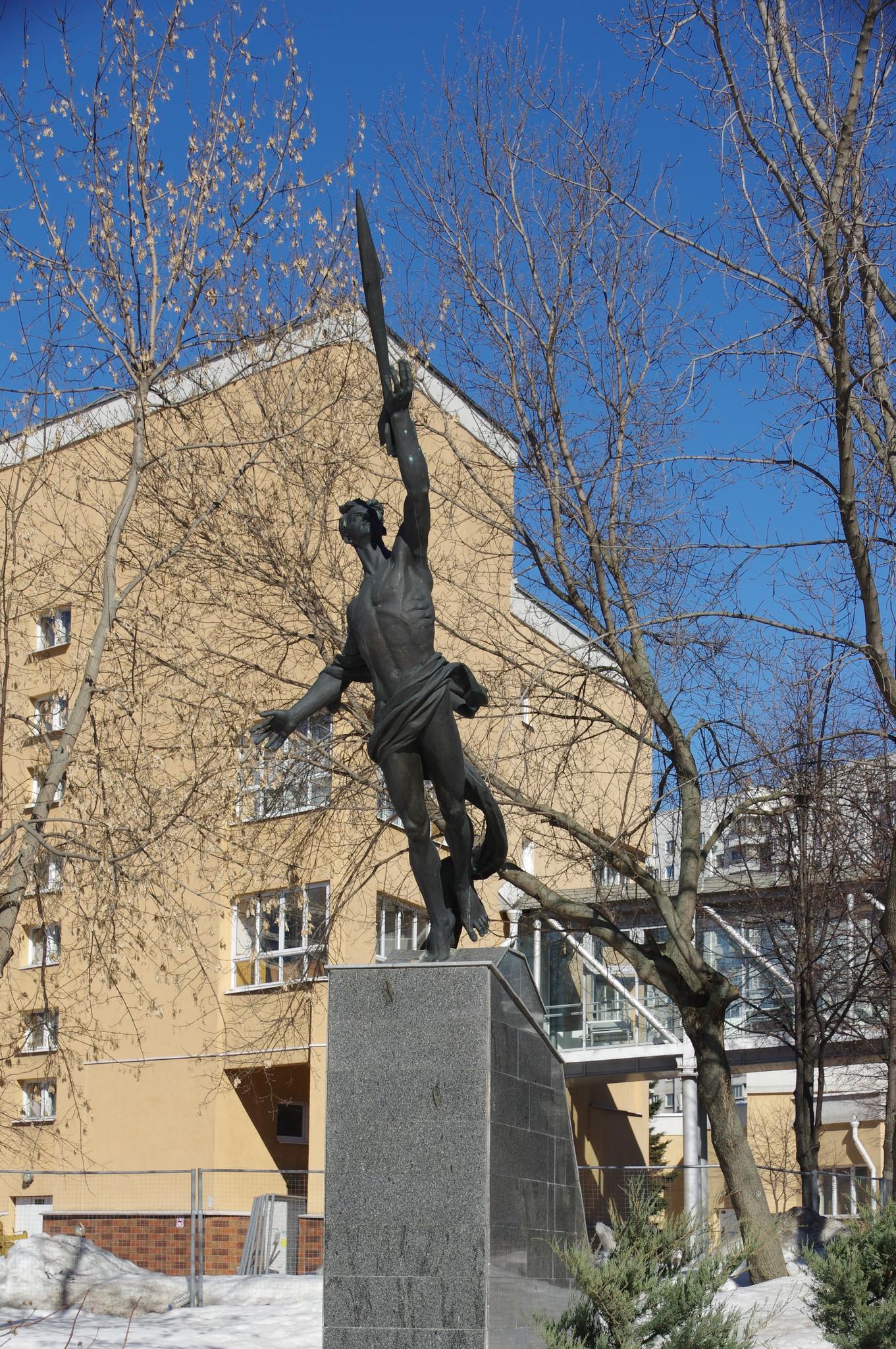 Скульптура «К звёздам» у Центрального входа в Екатерининский парк в Москве