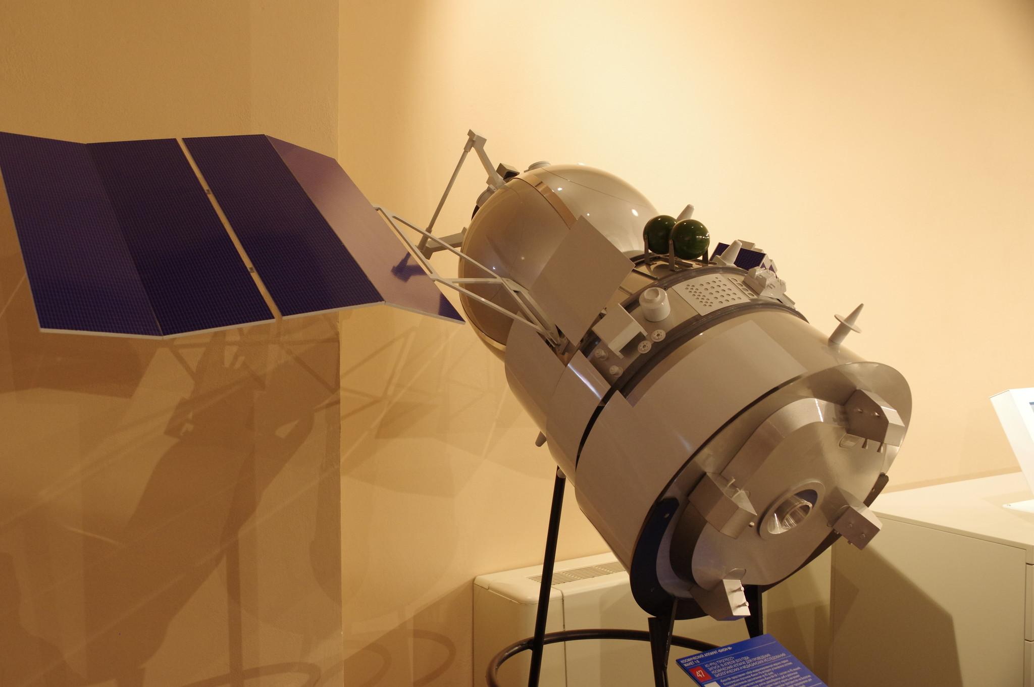 Космический аппарат «БИОН-М». Макет 1:5. Центр «Космонавтика и авиация» на ВДНХ