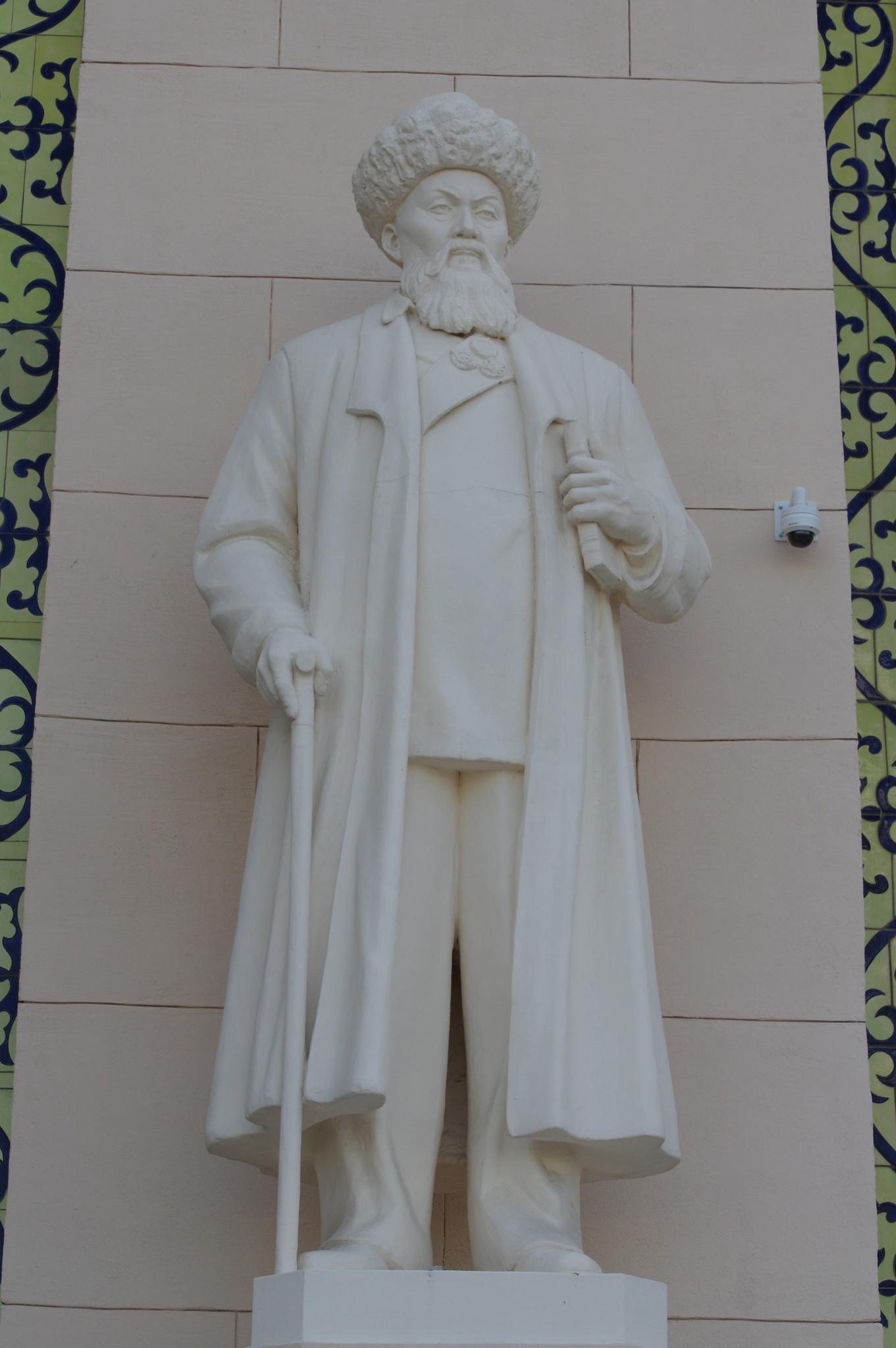 Скульптура казахского поэта Джамбула Джабаева. Павильон «Казахстан» на ВДНХ
