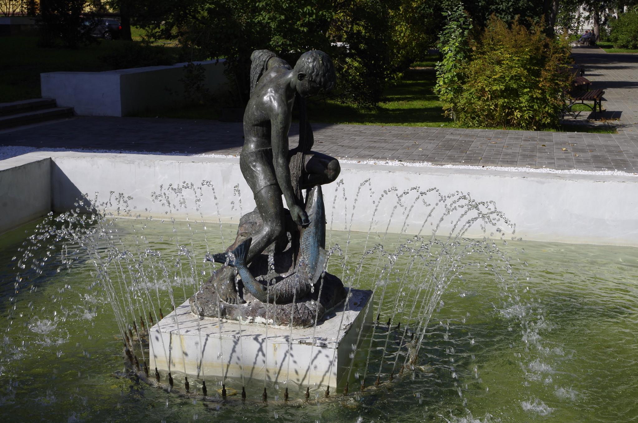 Скульптура мальчика с рыбой позади павильона № 64 на ВДНХ