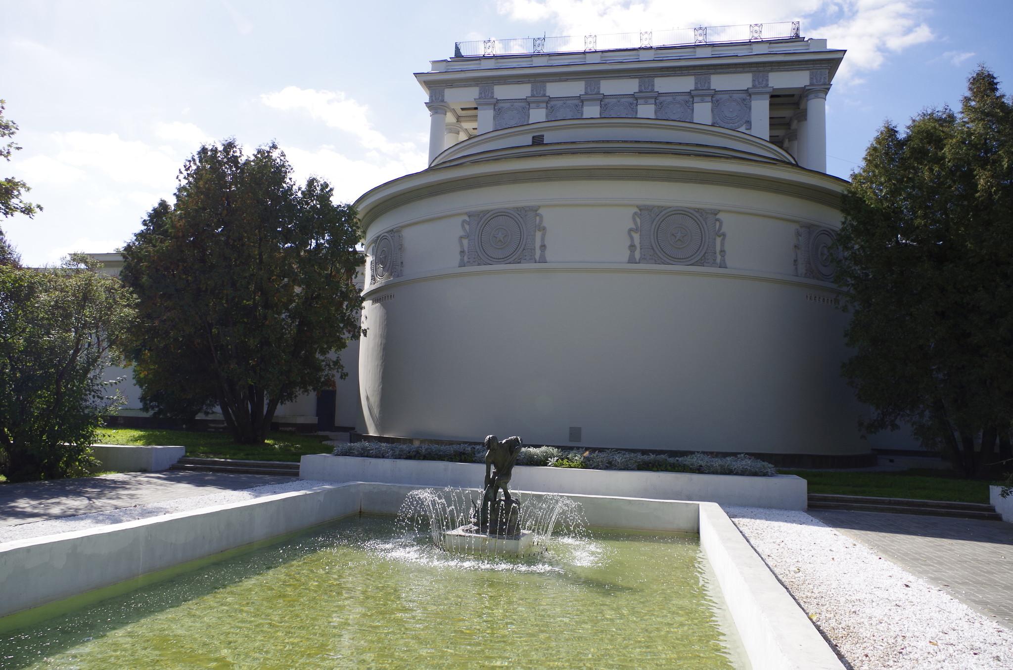 Дворик с бассейном позади павильона № 64 «Оптика»