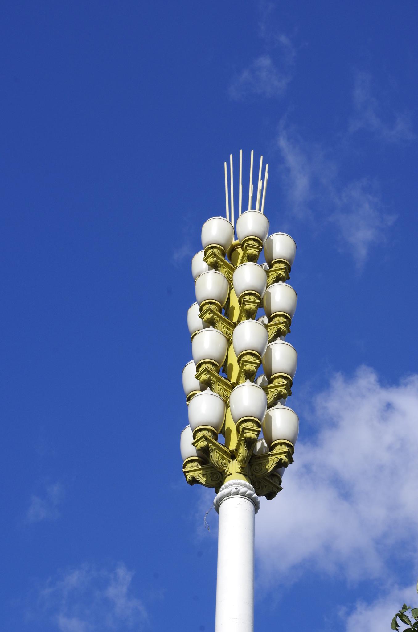 Фонари «Колос» («Пучок») освещают Главную аллею ВДНХ