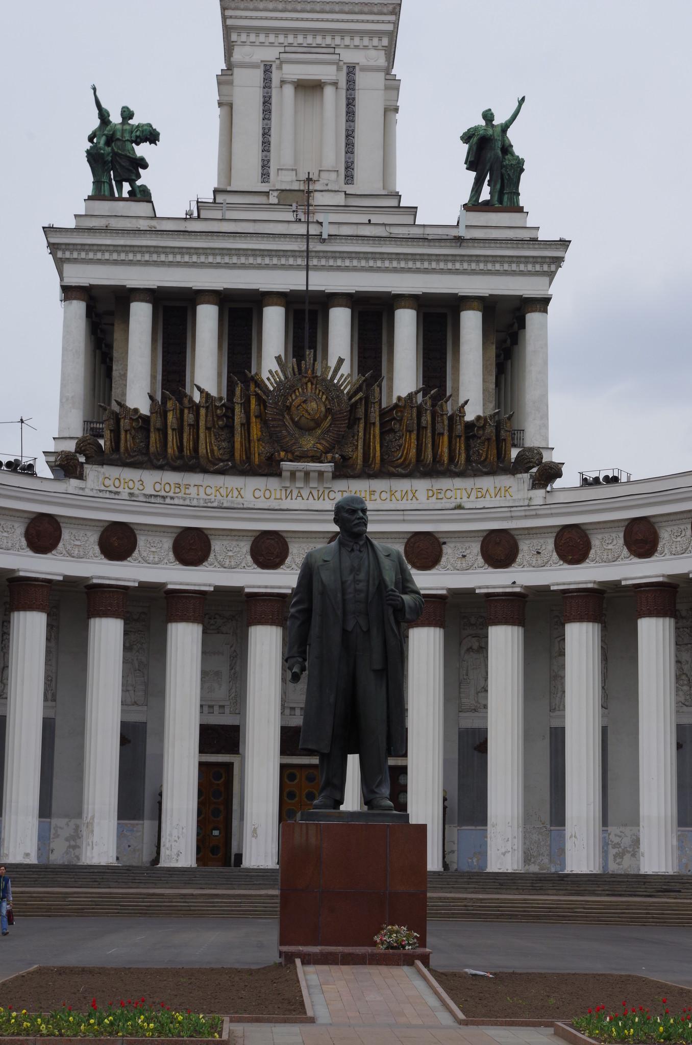 Памятник основателю советского государства В.И. Ленину работы П.П. Яцыно был открыт на ВДНХ в 1954 году