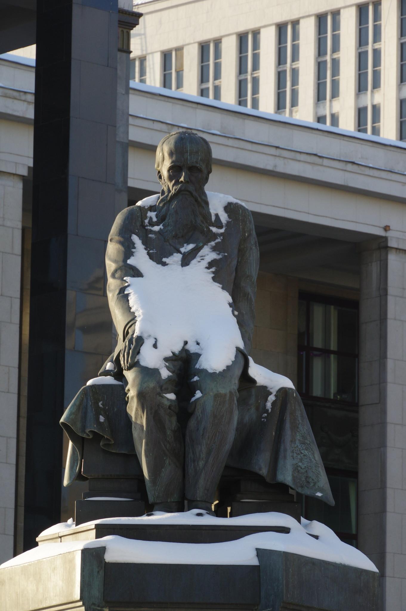 Памятник Фёдору Достоевскому перед зданием Российской государственной библиотеки