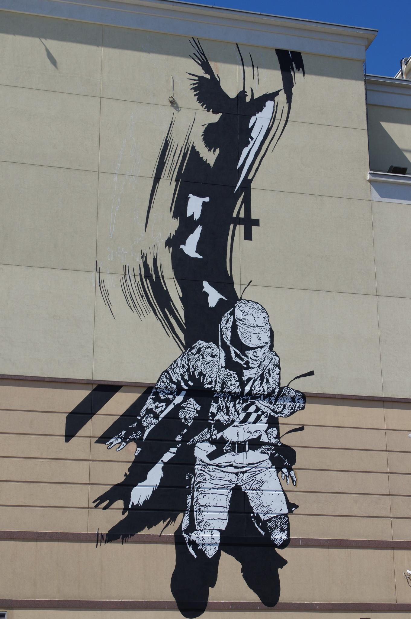 Монохромное изображение на фасаде торгового центра «Атриум» со стороны Курского вокзала. Автор работы француз WK INTERACT