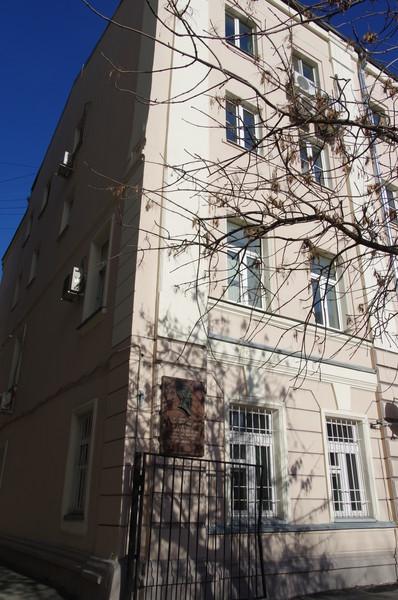 Пречистенский переулок, дом 12. Здесь с весны 1930 по лето 1932 года жил писатель Н.А. Островский, в память которого переулок был переименован в 1937 году