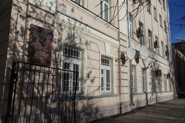 Пречистенский переулок, дом 12. Доходный дом построен в 1896 году архитектором Н.И. Якуниным (позднее надстроен двумя этажами)