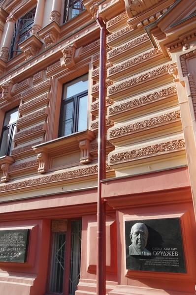 Мемориальная доска на доме № 3 по Романову переулку, в котором c 1974 года по 1981 год жил министр газовой промышленности СССР Сабит Атаевич Оруджев