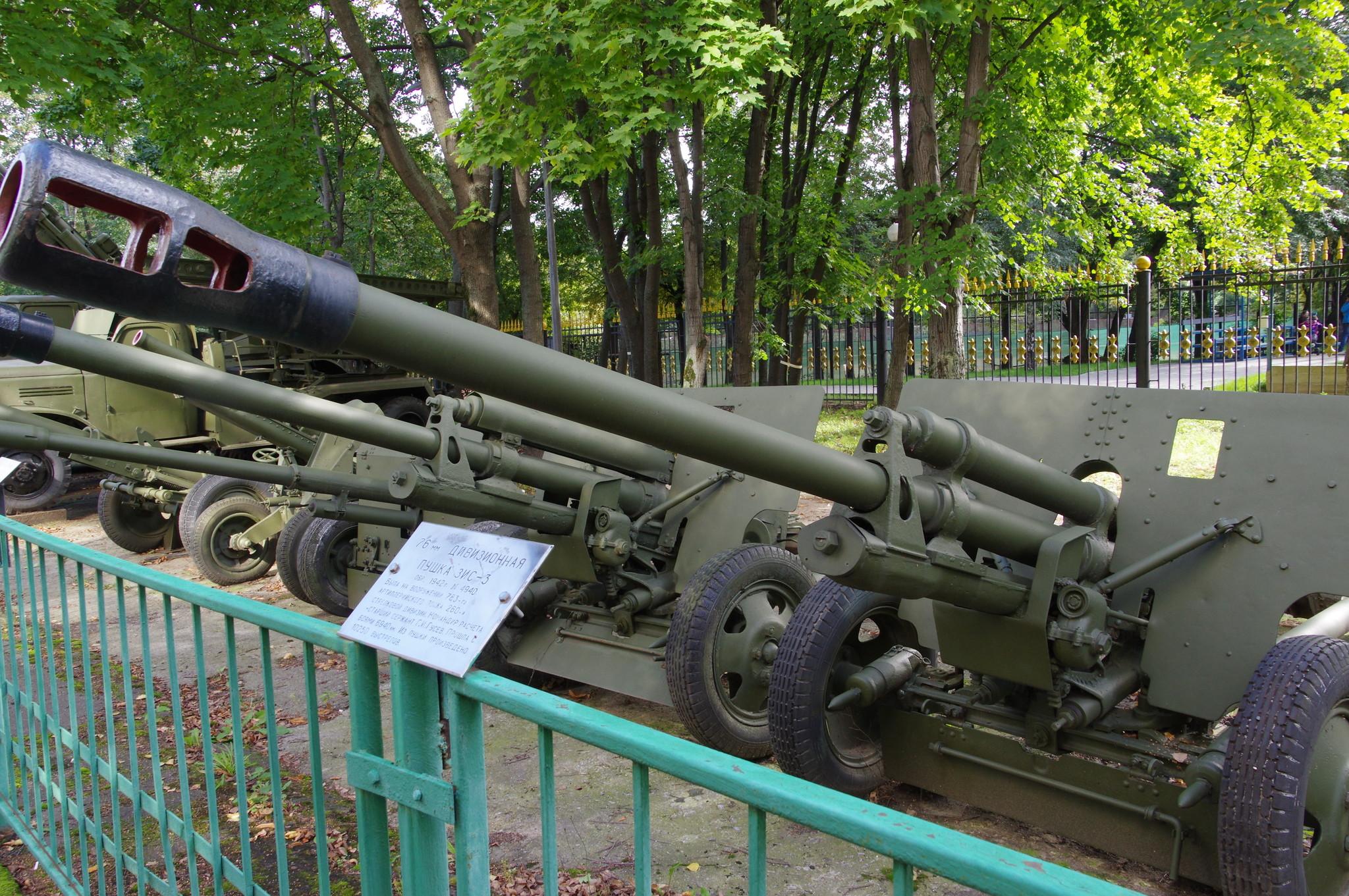 76-мм дивизионная пушка образца 1942 года (ЗИС-3) № 4940 в экспозиции Центрального музея Вооружённых сил Российской Федерации