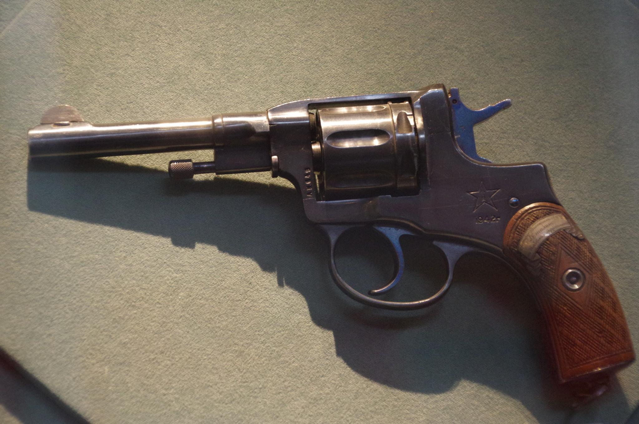 7,62-мм револьвер системы Нагана образца 1895 года подарок И.В. Сталину от ижевских оружейников