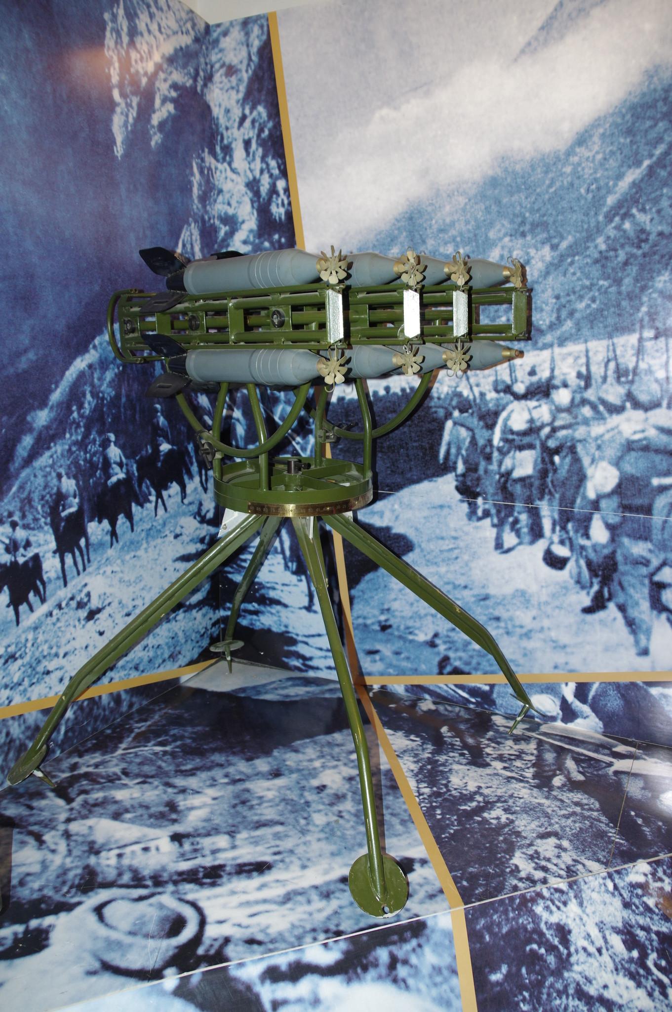 Горная реактивная установка М-8-8 с реактивными снарядами РС-82 в экспозиции Центрального музея Вооружённых сил