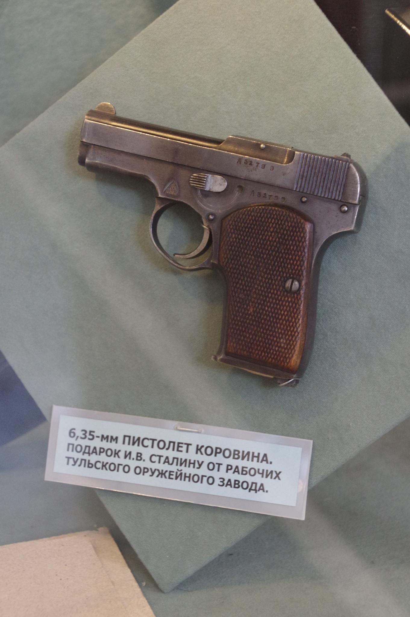 6,35-мм пистолет Коровина. Подарок И.В. Сталину от рабочих Тульского оружейного завода в экспозиции Центрального музея Вооружённых сил Российской Федерации