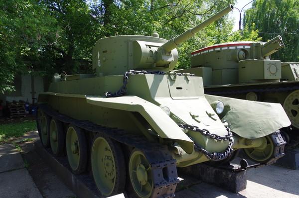 Лёгкий колёсно-гусеничный быстроходный танк БТ-7 в Центральном музее Вооружённых Сил