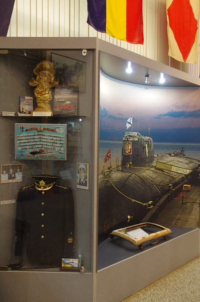 Экспонаты связанные с жизнью и деятельностью членов экипажа атомного подводного крейсера «Курск» в экспозиции Зала ратного подвига Центрального музея Вооружённых Сил Российской Федерации