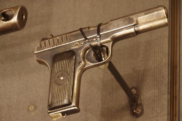 7,62-мм самозарядный пистолет системы Токарева образца 1933 г. (ТТ - Тула, Токарев). Центральный музей Вооружённых сил Российской Федерации
