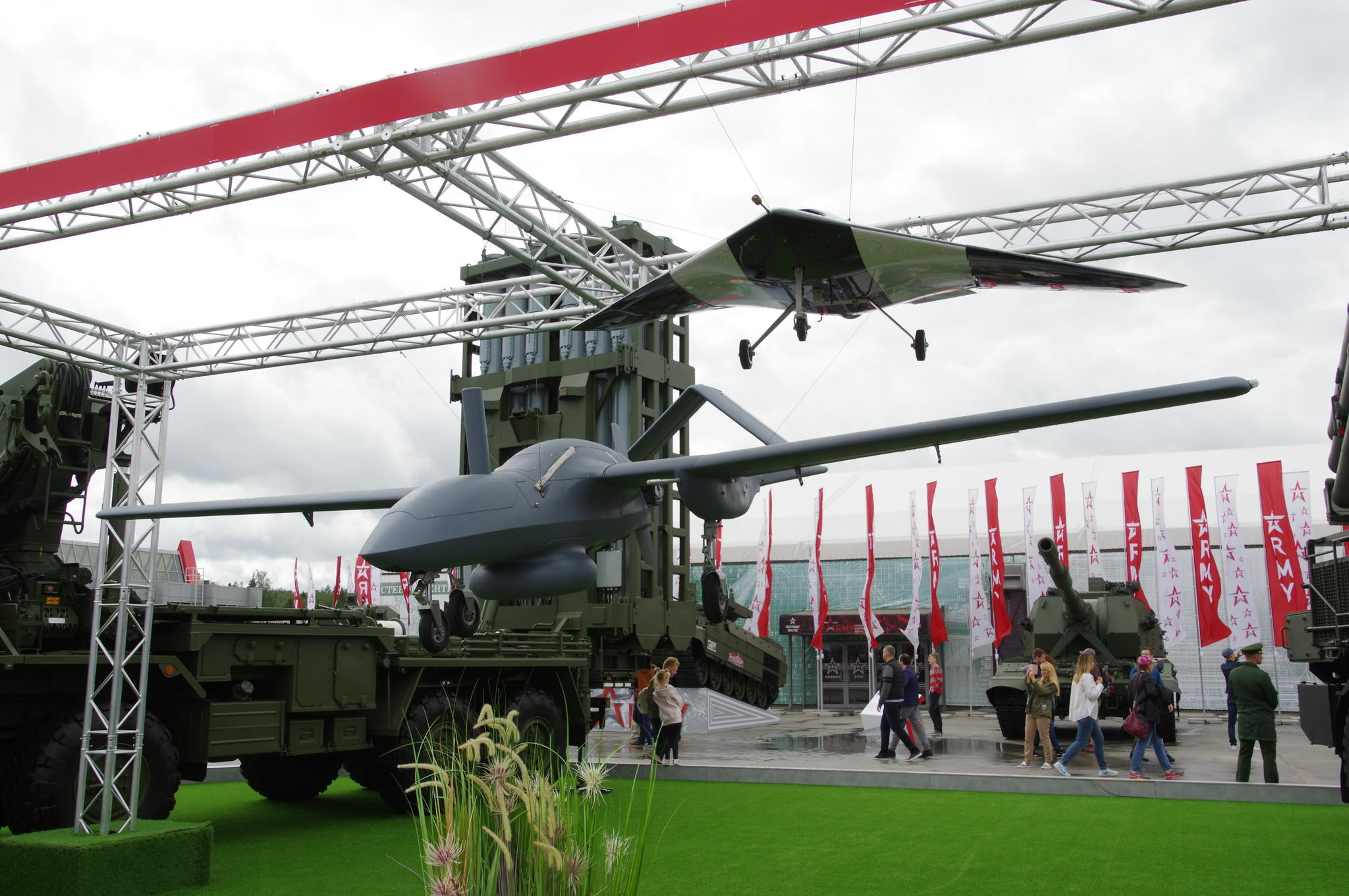 Средний разведывательный БЛА малой дальности «Корсар» и масштабный лётный демонстратор ударного БЛА «Охотник»