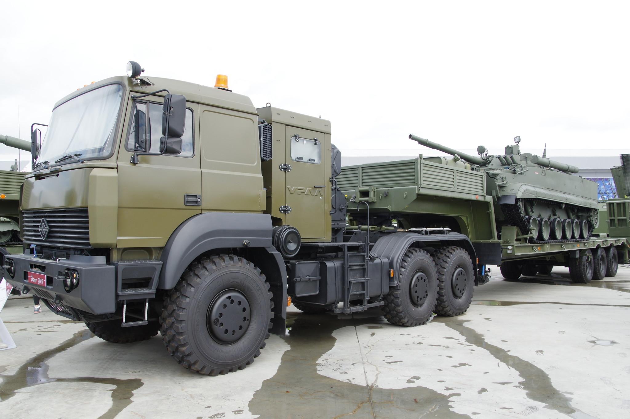 Боевая машина пехоты БМП-3 перевозимая на автомобиле УРАЛ-63704 с полуприцепом ЧМЗАП-9990 0073-03