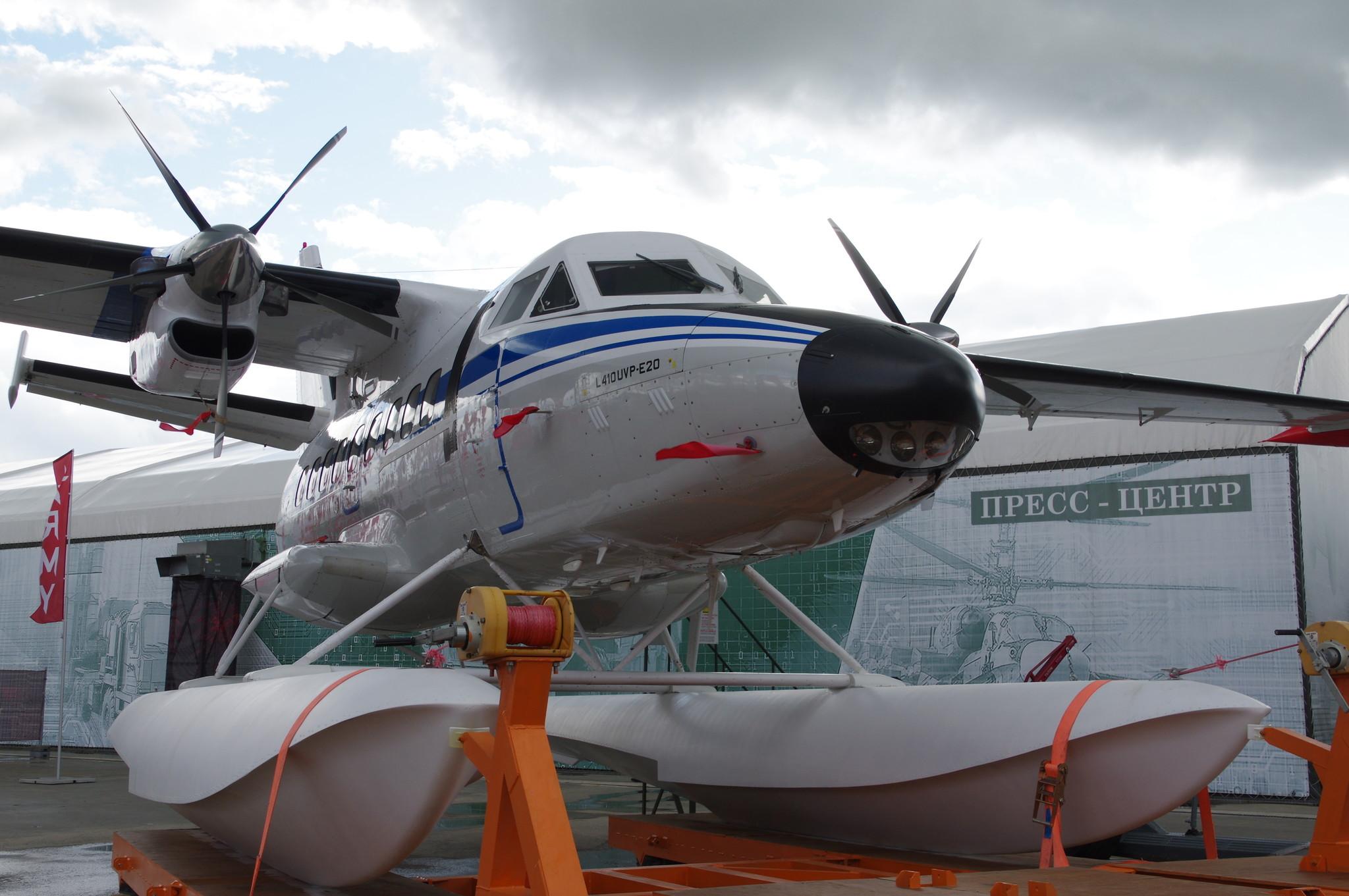 Лёгкий многоцелевой самолёт L-410 UVP-E20, оснащённый поплавковым шасси