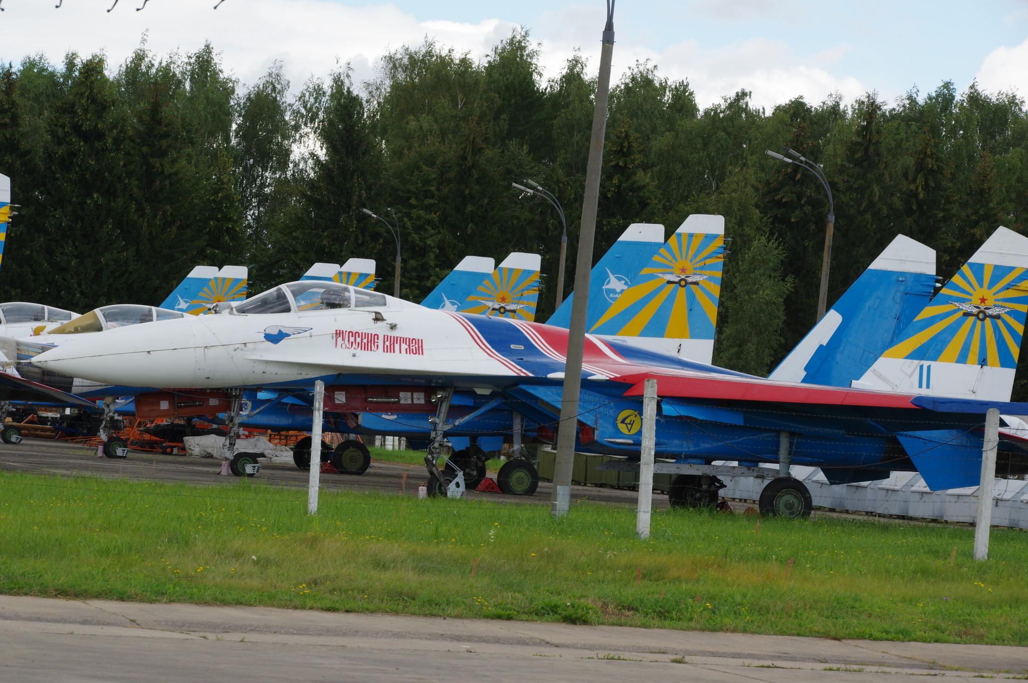 Пилотажная группа «Русские витязи» на аэродроме Кубинка