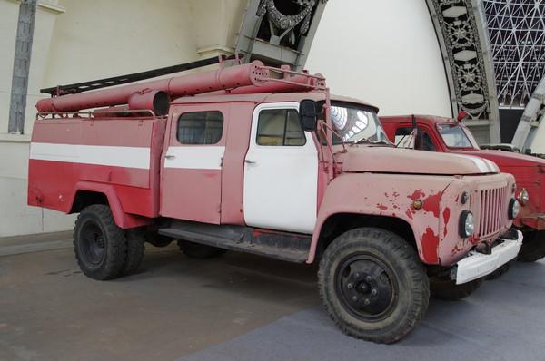 Автомобиль ГАЗ-53 с автолестницей АЛ-18 и с автоцистернами