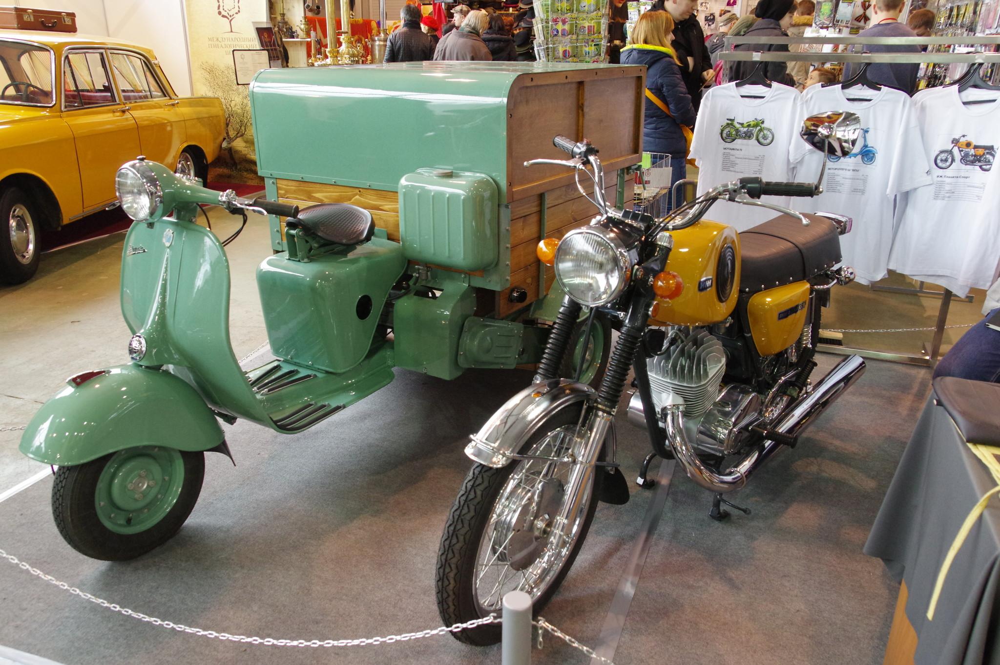 Трёхколёсный мотороллер «Вятка МГ-150» и мотоцикл «Иж Планета Спорт 350»