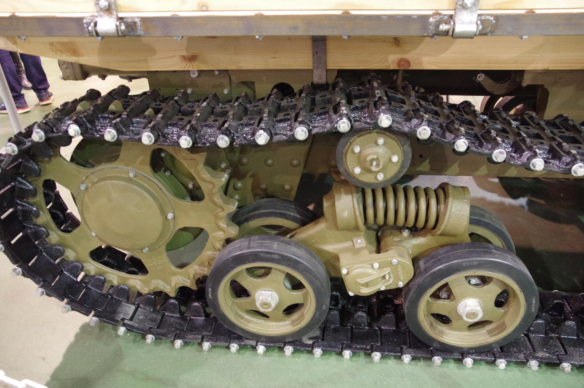 Гусеничный трактор средней мощности СТЗ-5