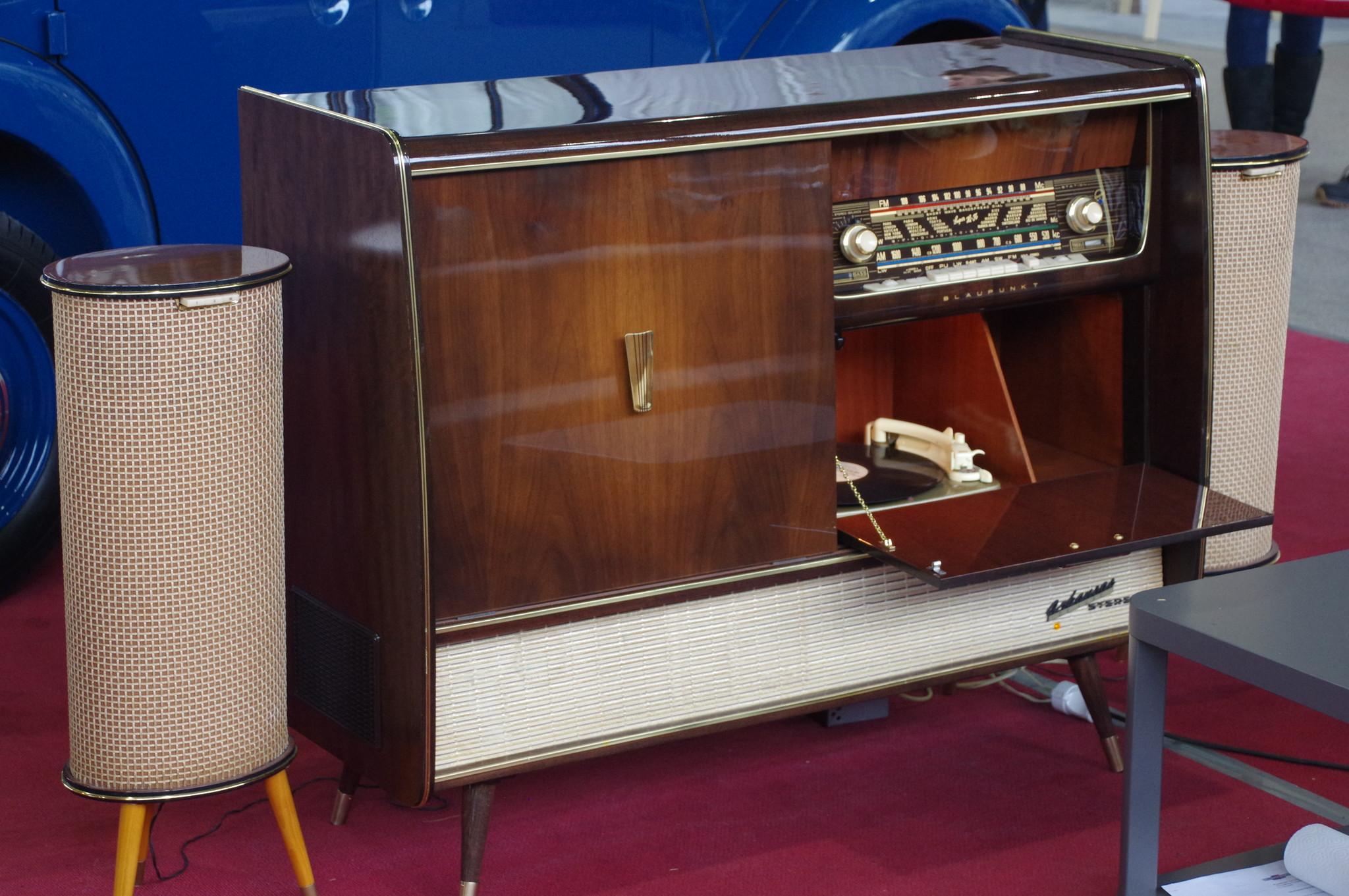 Радиоприёмник в одном корпусе с проигрывателем грампластинок