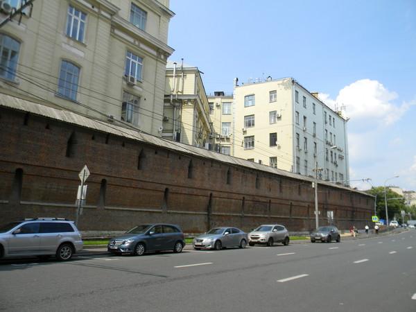 Воссозданный в 1970-х гг. участок стены в Китайгородском проезде