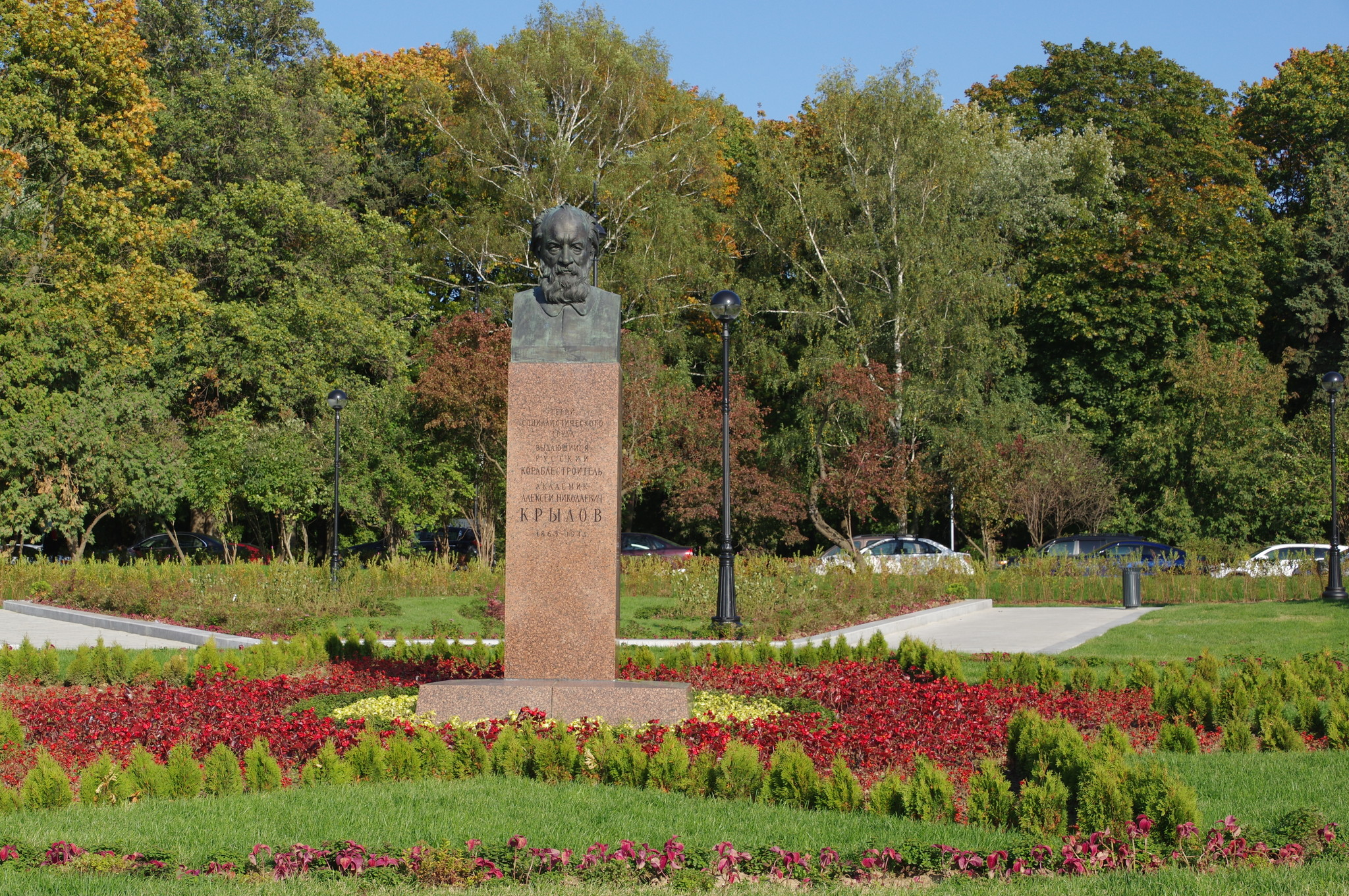 Памятник учёному-кораблестроителю Алексею Николаевичу Крылову перед зданием Северного речного вокзала в Москве