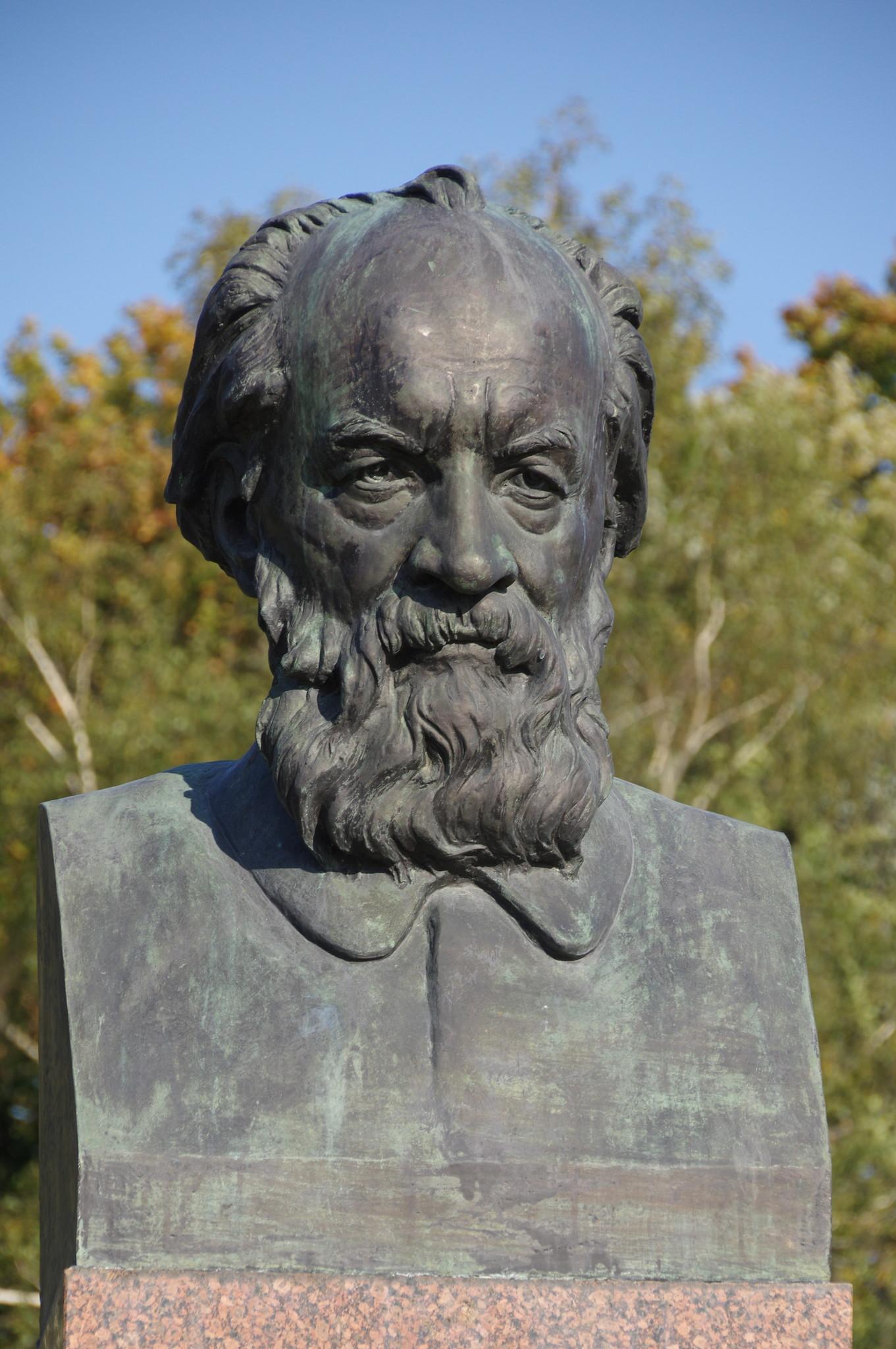Памятник учёному-кораблестроителю Алексею Николаевичу Крылову открыт 7 декабря 1960 года