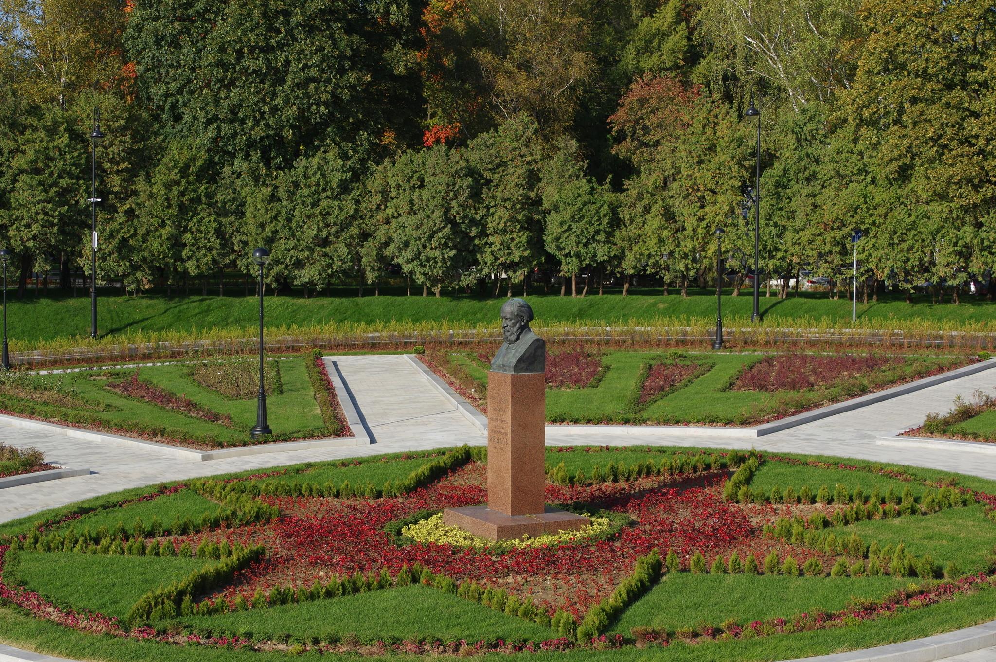 Авторами памятника А.Н. Крылову являются скульптор Лев Ефимович Кербель и архитектор Юрий Иванович Гольцев