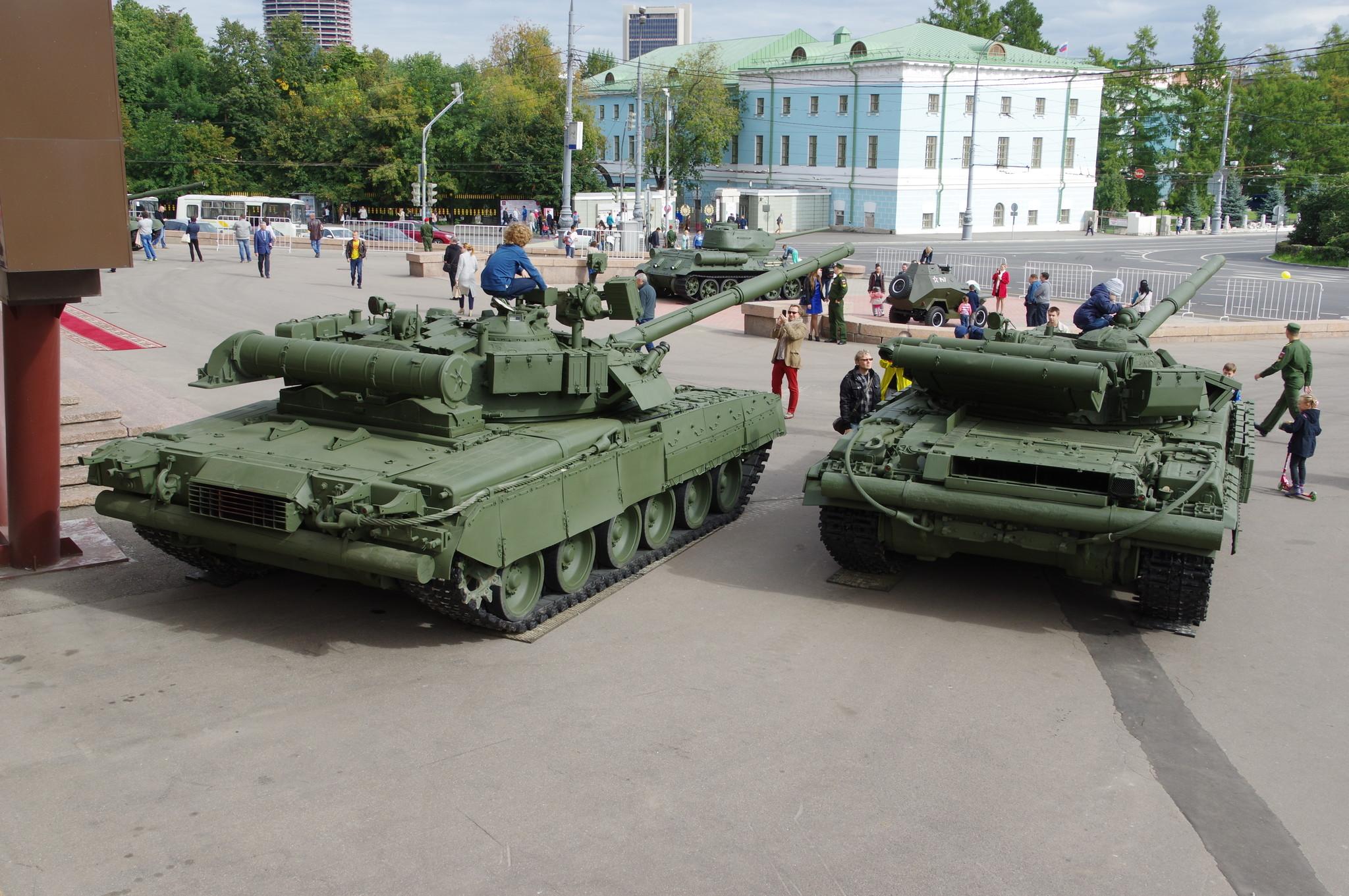 Основные боевые танки Т-80 и Т-64