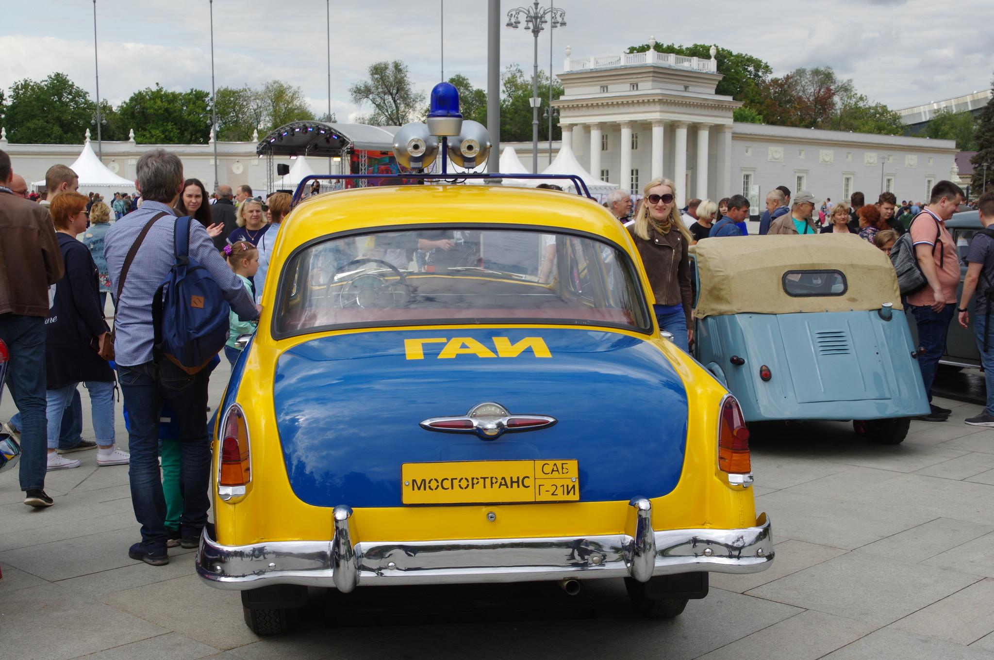 Автомобиль ГАЗ-21И «Волга» у главного входа ВДНХ