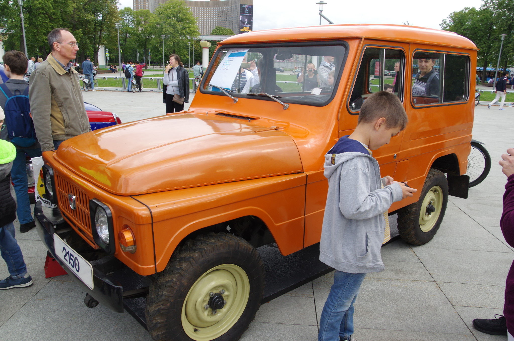 Универсал «Москвич-2150» 1973 года выпуска у главного входа ВДНХ