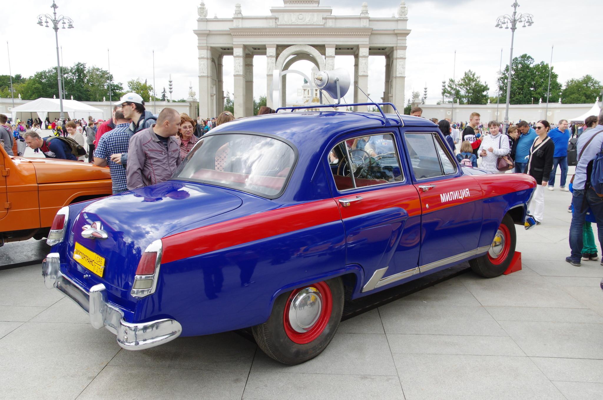 Автомобиль ГАЗ-21В «Волга» у главного входа ВДНХ