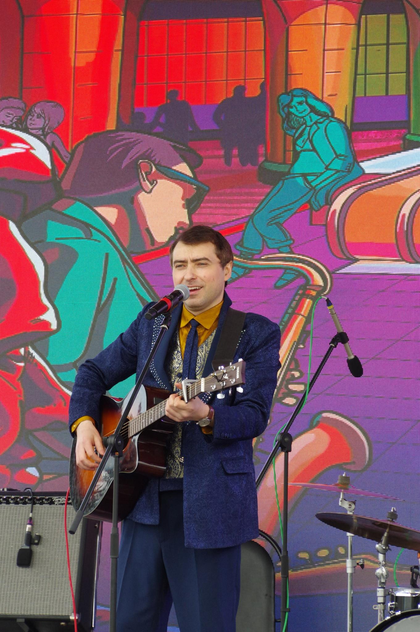 Павел Пикалов выступает на сцене у главного входа ВДНХ