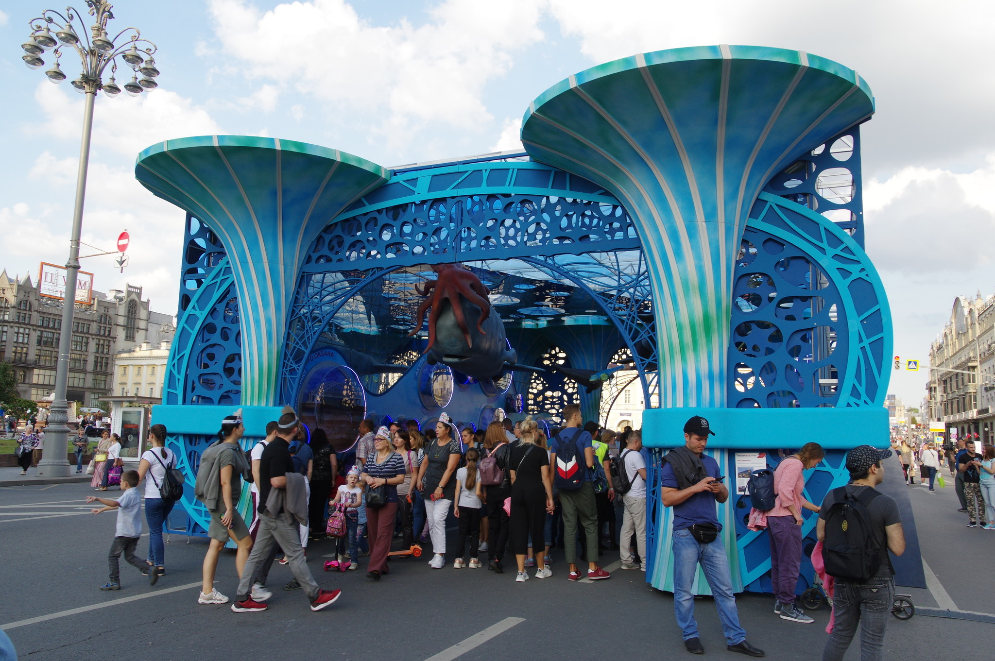 Арка в виде павильона «Москвариум» на пересечении Охотного ряда и Театрального проезда