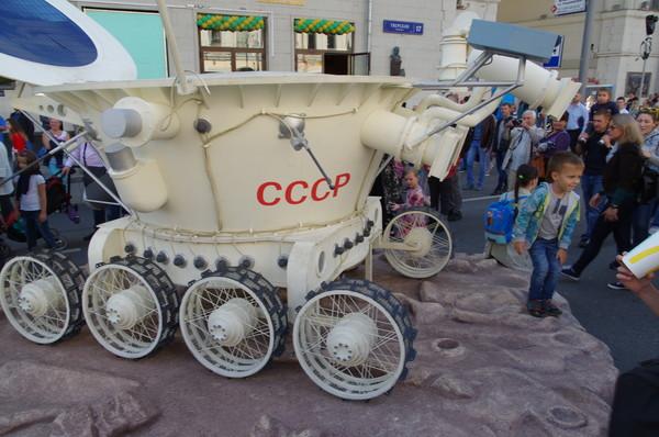 Макет лунохода на Тверской улице