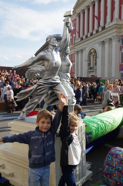 На тематической площадке «Москва строит» на Тверской улице представлены модели главных архитектурных достопримечательностей города