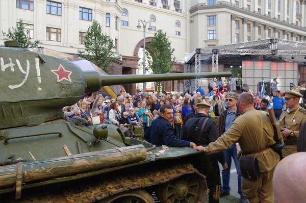 Легендарный танк Т-34-85 на Тверской улице. Группа киноматографистов которая «снимает художественный фильм»