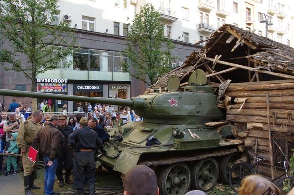 Танк Т-34-85 на Тверской улице. Группа киноматографистов которая «снимает художественный фильм»