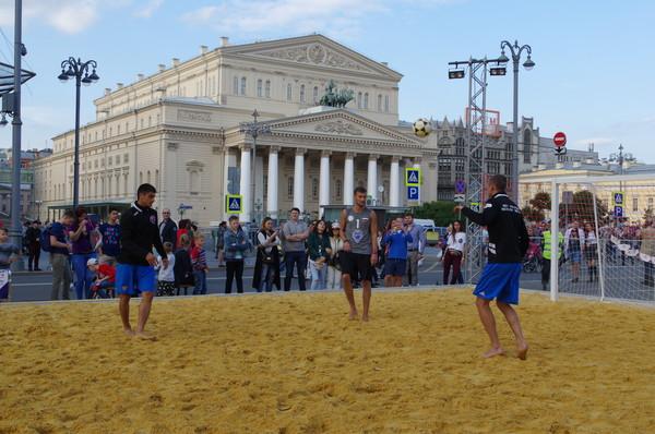 Футбол на песке рядом с Большим театром