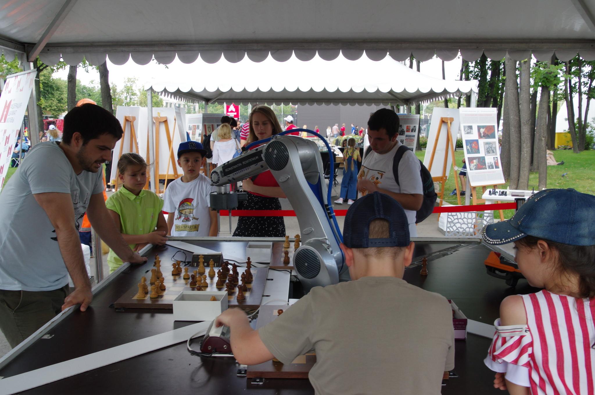 Шахматный турнир с роботом в Лужниках