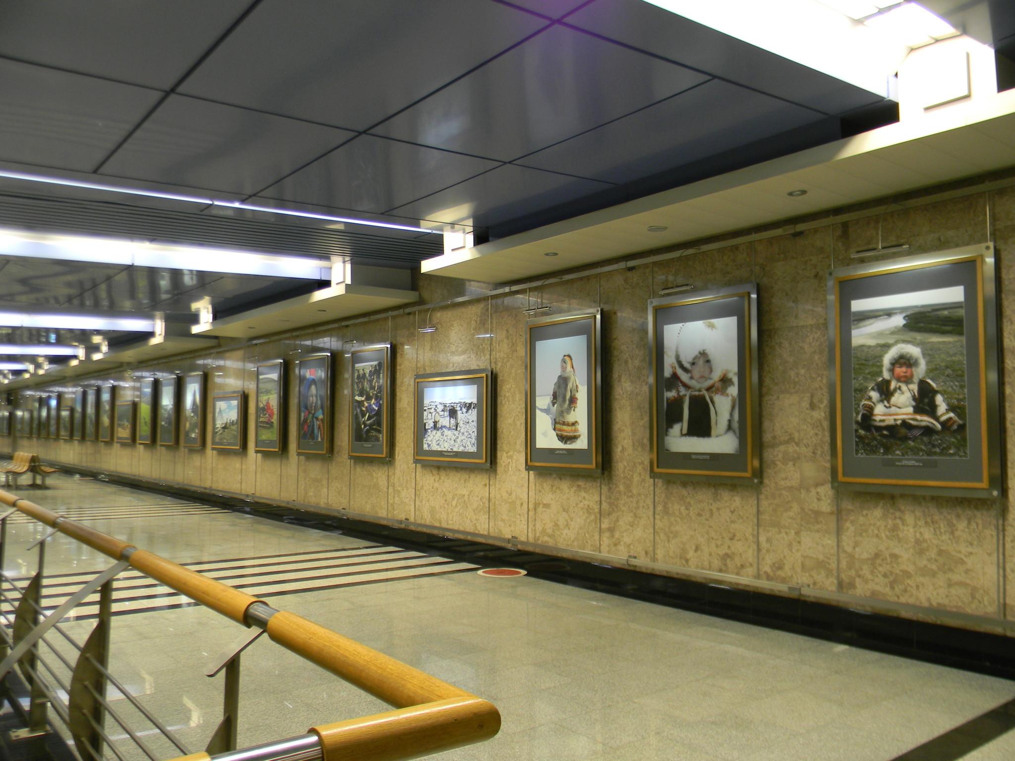 Выставка в галерее «Метро» на станции «Выставочная» Московского метрополитена. Ноябрь 2012 г.
