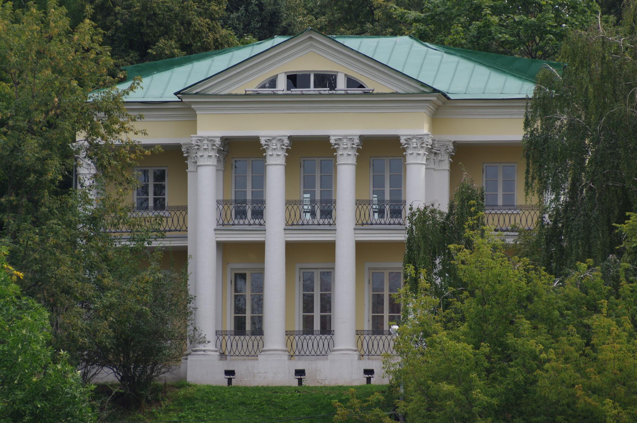Летний домик графа Орлова-Чесменского в Нескучном саду (улица Крымский Вал, дом 9, строение 8)