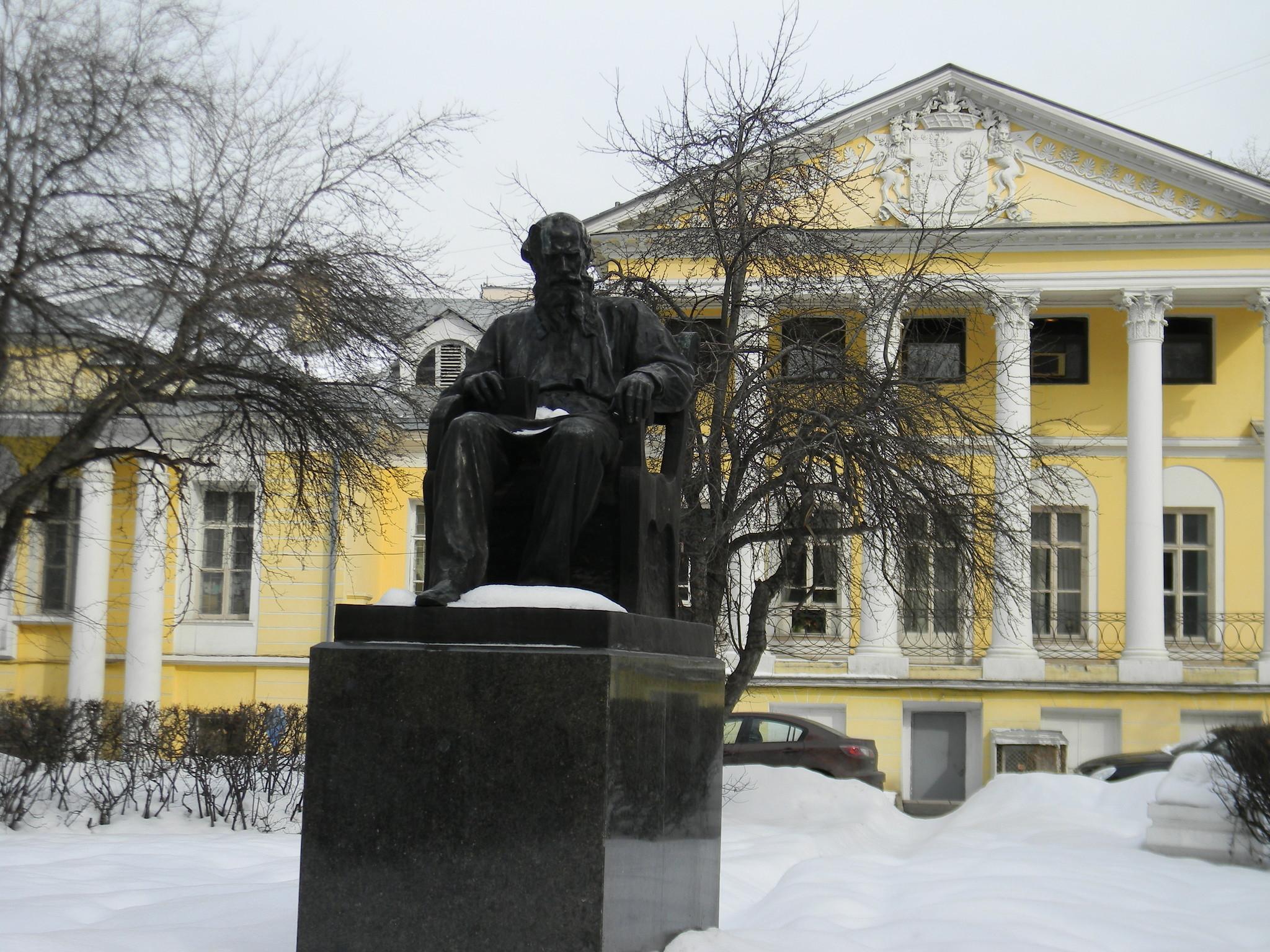 Памятник Льву Толстому на Поварской