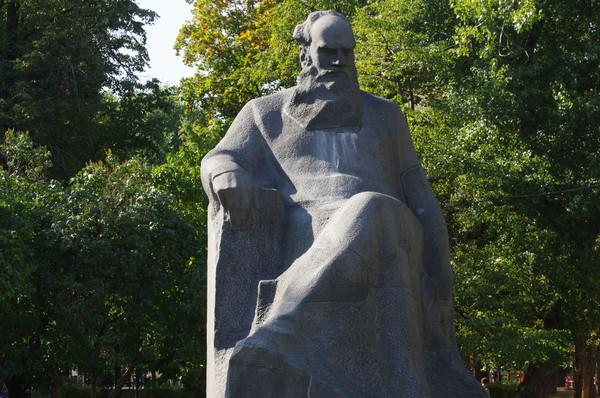 Памятник Льву Толстому установлен в сквере Девичьего поля в 1972 году
