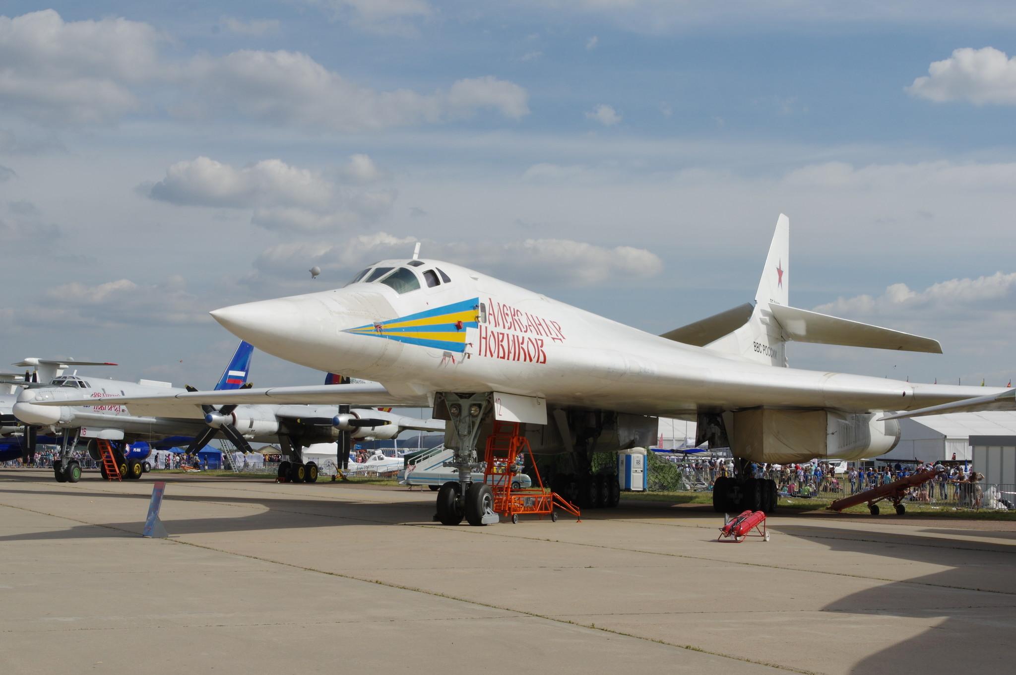 Ту-160 — сверхзвуковой стратегический бомбардировщик-ракетоносец с крылом изменяемой стреловидности