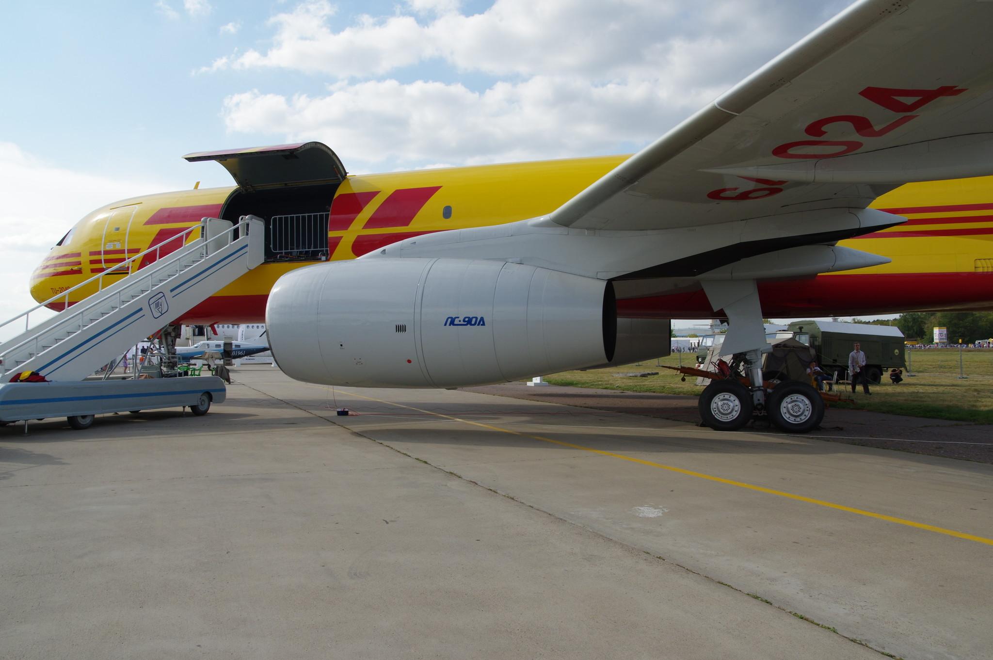 Грузовой среднемагистральный самолёт Ту-204С в цветах компании DHL