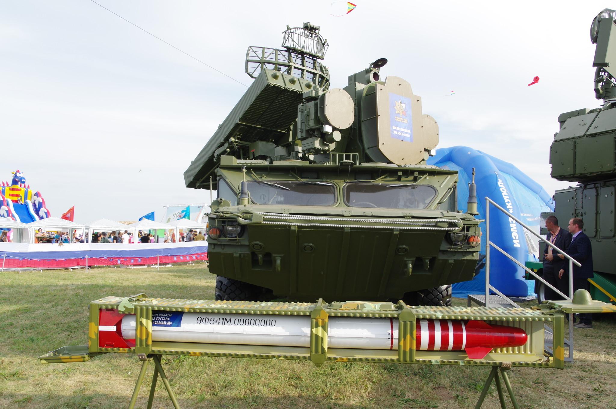 Боевая машина зенитно-ракетного комплекса «Оса-АКМ1» и имитатор воздушных целей 9Ф841М